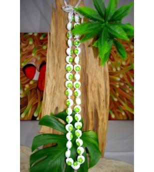 Collier 40 Kukui nut blanc fleurs d'hibiscus verte
