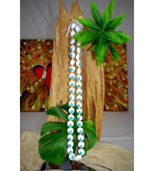 Collier 40 Kukui nut blanc fleurs bleu